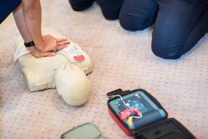 Erste Hilfe Ausbildung mit AED Defibrillator