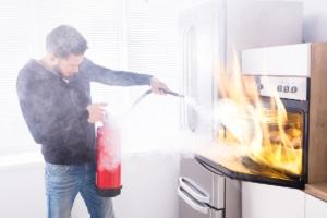 Brand-Bekämpfung durch Feuerlöscher